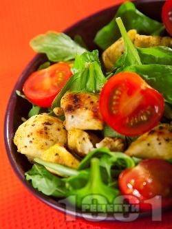 Спаначена салата със запържени пилешки хапки от гърди и чери домати - снимка на рецептата